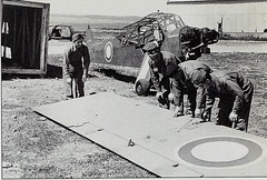 RA- Remontage d'un piper cub arrivé en caisse- ECPA-  La Campagne d'Italie 1943-1944 Artilleurs et fantassins français. Henri de Brancion. Presses de la Cité