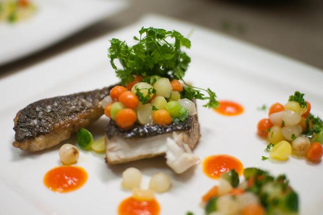 Zeebaarsfilet - paprikacoulis - groentenparels