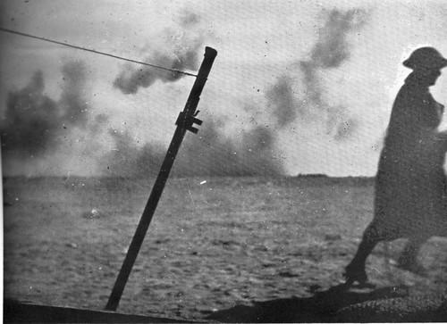 1942 Bir Hakeim - Bombardement  avec soldat - Source : Bir Hakim19 43