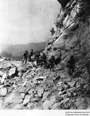 Authion 1945 printemps -  fantassins dans les éboulis