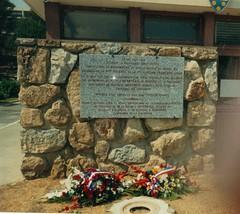 Plaque apposée à la gendarmerie d'Hyères e souvenir du gal Magendie et de la prise du Golf-Hotel - Fonds Pierre Tropet