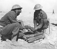 RA - 1942 - Libye- Deux soldats du 1er régiment d'artillerie des Forces françaises libres dans le désert de Libye (sans date).Nara