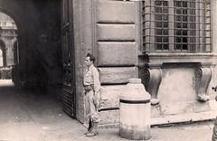 4 juin 1944, sentinelle française devant le palais Farnèse (photo OFIC, coll. Bongrand Saint Hillier)
