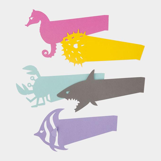 除了非洲草原上的猛獸,設計師也貼心地推出海底世界來配合,不管是海馬、河豚、螃蟹、鯊魚還是熱帶魚,都是最盡責的杯子守護者;鮮豔的色彩、逗趣的外型,如果舉辦派對的主人,拿出這樣吸睛的創意小物,肯定瞬間捕抓到在場所有人目光。日本籍設計師Akira Yoshimura創作的杯子識別帶目前只在當代藝術館的線上商店販售,想在下次派對成為眾人目光焦點?