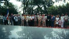Aout 2000 Hyères- devant le mémorial national de la 1ère DFL. Madame Magendie et ses 2 petites filles - Ferdane, Délépinne Velche et Vadon - Fonds Pierre Tropet
