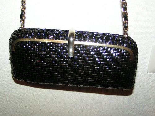 Korgväska i svart och guld.