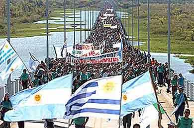 Fotografía de marchas anteriores realizadas sobre el puente que une Argentina con Uruguay