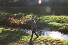川辺を歩く
