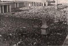 4 juin 1944, sur la place St Pierre noire de monde, les Romains acclament le pape et les troupes alliées (photo OFIc, coll. Bongrand Saint Hillier)
