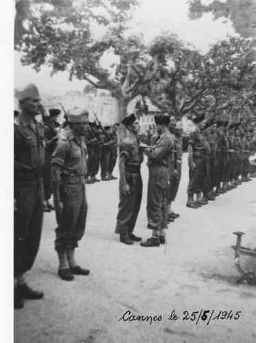 BM 5 - Cannes- 25 mai 1945- Le Col Gardet remet la médaille militaire au sergent Chef Ranson de la 3e section 2e Compagnie du BM 5