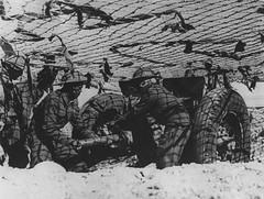 RA- 1942 - Libye- Soldats du 1er régiment d'artillerie des Forces françaises libres dans le désert libyen, 6 mars 1942.  Nara