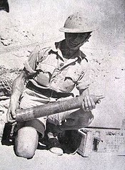 RA- 1942 - Bir Hakeim - Artilleur et obus