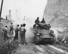 1944- Provence- Char français sur la route de la Farlede- source : Nara