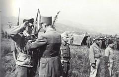 1944 - Italie - De gaulle 18 mai décore le fanion du 22 BMNA - Cdt Lequesne