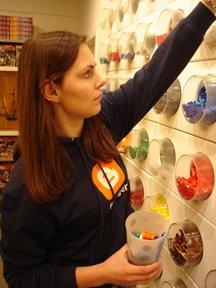 Empleada de Blogger jugando con piezas de LEGO