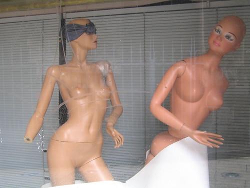 nudistes en vitrine