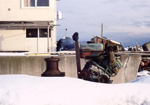 雪の上のエンジン