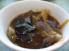 蝦子(ㄗˇ)烏參裡沒有蝦,而是用蝦卵熬煮出來的湯汁偎煮烏參,溫潤可口