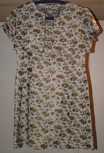 Vitgrå klänning med guldbrodyr och bolero.