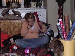 C.slår in julklappar liten
