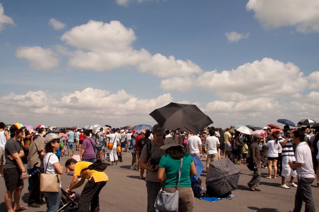 The Crowds waiting for the Aerobatics to begin