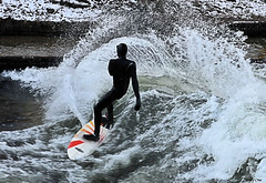 Surfing in Munich, in the City, on a standing wave photo by Herby Crus