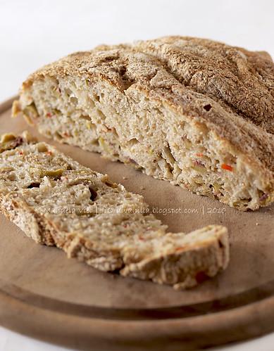 Pane senza impasto con olive ripiene al peperone
