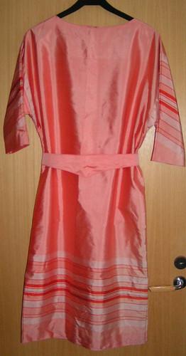 Aprikos klänning med skärp.