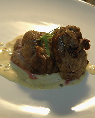 Leg of lamb medallions with garlic and tarragon cream sauce