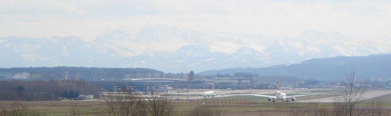 Flughafen mit Alpen