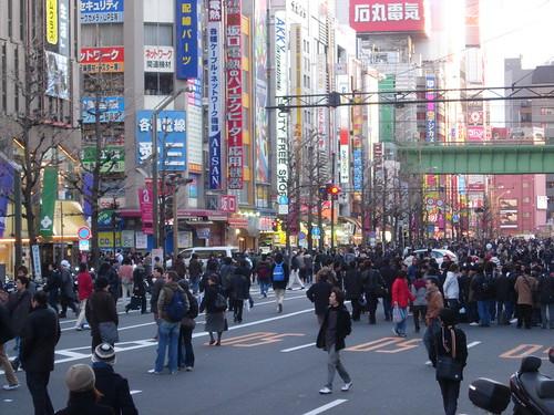 Calles de Akihabara un domingo class=