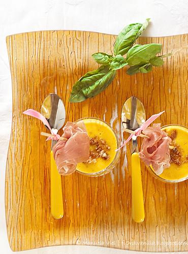 Bicchierini di melone e amaretti al basilico e prosciutto di Parma