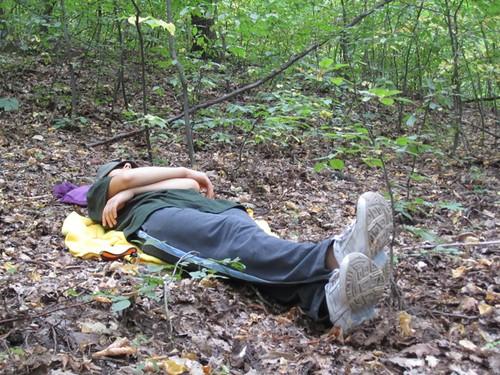 Tica Filat se odihneşte în timpul călătoriei cu familia prin codrii Moldovei