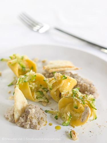 Tortelli ripieni di crema al caffè con zucchine e pinoli, crema delicata di cipolle
