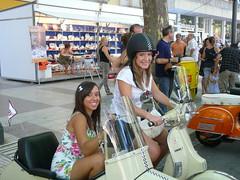 Chicas guapas en una Vespa con sidecar en Xàtiva - Valencia photo by Antonio Marín Segovia