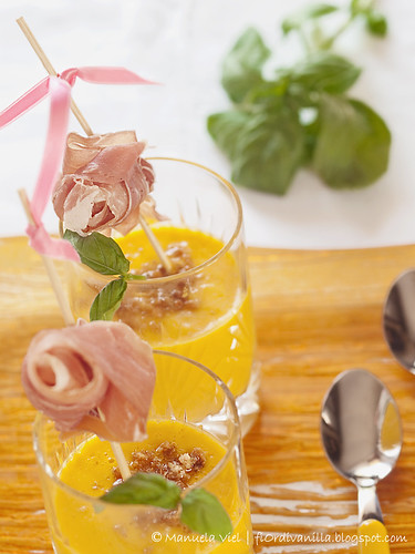 Bicchierini di melone e amaretto al basilico e prosciutto di Parma