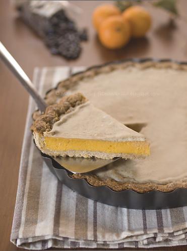 Frolla rustica (alla segale e mais tostato) con crema di zucca e mandorla al miele e copertura alla liquirizia
