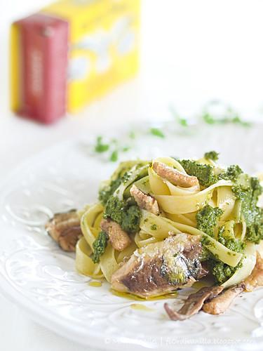 Tagliatelle con pesto di melissa e maggiorana ai pistacchi e sardine di Angelo Parodi