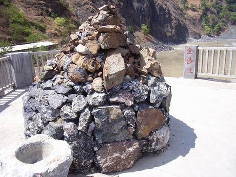 金沙江树底渡口标识旁的一堆石头
