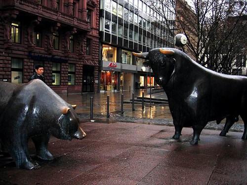 德国-法兰克福证券交易所前的牛和熊,传说就是牛市和熊市的由来