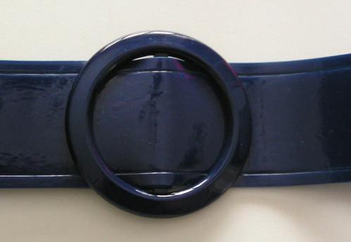 Marinblått skärp.