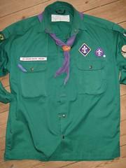 En MS-uniform (KFUM'ernes gr�nne skjorte med MS' korpsm�rke og lilla t�rkl�de)