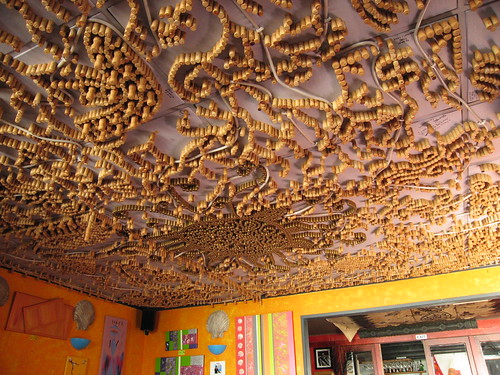 Matthew brings me to have breakfast in a seashore restaurant.  The decor is colorful and passionate, with arcylic painting hanging everywhere (for sale!).  The roof's pattern is made by corks.  We have nice food there.  I order a Traditional English Breakfast, while Matthew orders Grandma's Toast.  All food are so delicious that I forget to take photos.  Will do it next time.  :P