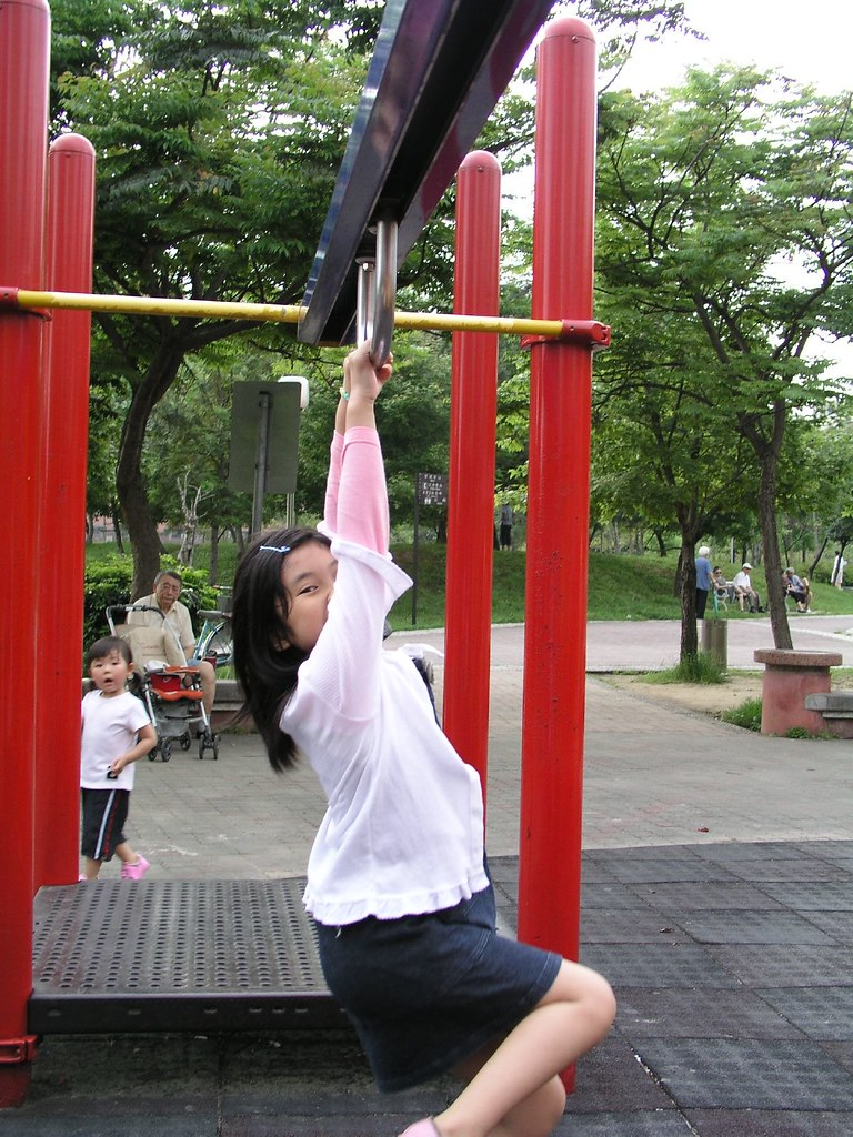 中和四號公園—Annie 拉滑行的鐵環