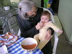 Avó Milú a dar marmelada à Inês