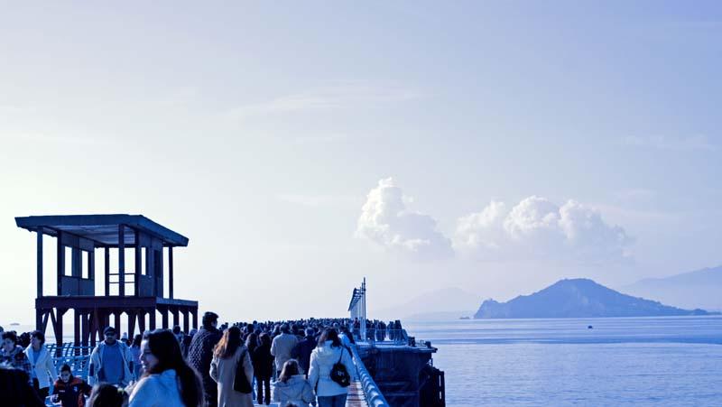 il pontile gremito il giorno dell'Epifania - sullo sfondo Capo Miseno e le isole