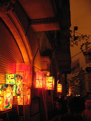 Cinq heures du matin : au moment de se retrouver dans les bars, les lanternes sont laissées àl'extérieur...