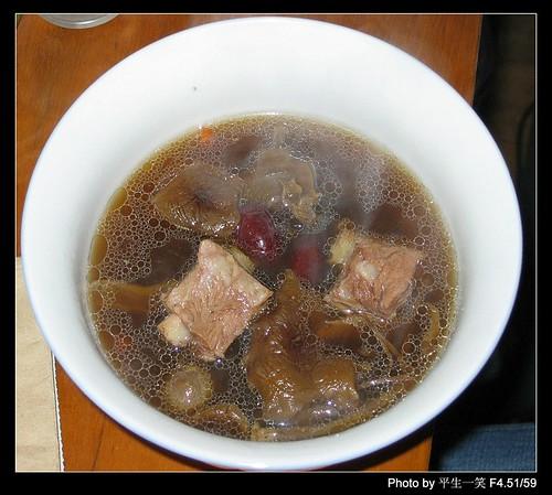 碗中的茶树菇排骨汤