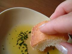 フランスパン用オリーブオイルに手を加える・・