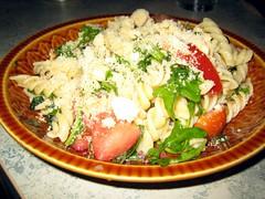 Pasta salade met tomaat, mozzarella, veldsla en kappertjes